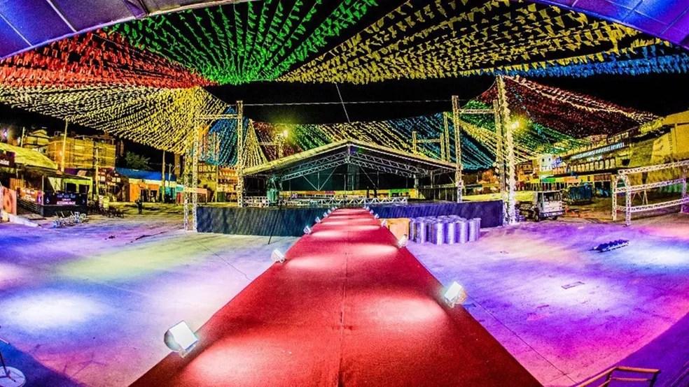 Area do frontstage do palco principal vai ter cobertura no Parque do Povo, em Campina Grande (Foto: Demétrio Costa e Emanuel Tadeu/Top Midia Comunicação)