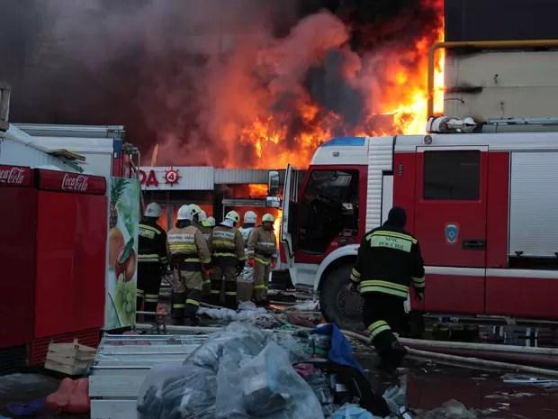 Bombeiros combatem incêndio em centro comercial de Kazan, na Rússia, na quarta-feira (11) (Foto: AP Photo/Nikolay Alexandrov)