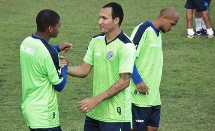 Tito desmente empresário, treina e se diz pronto para reestrear no Confiança (Foto: João Áquila / GloboEsporte.com)