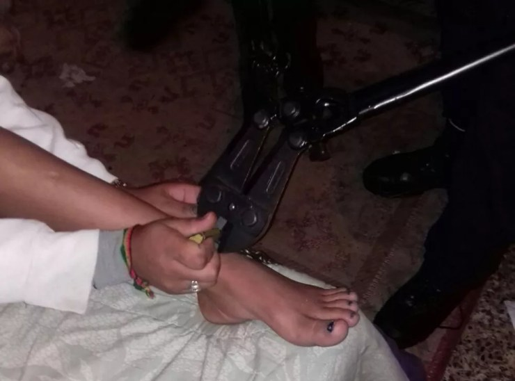 Adolescente foi encontrada acorrentada em guarda-roupa de casa em Sorocaba (Foto: Guarda Civil Municipal/Divulgação)