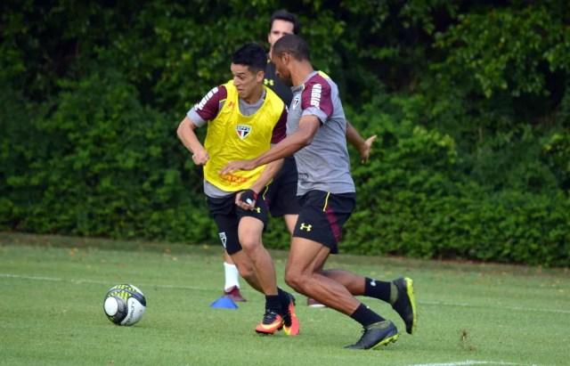 Thomaz (colete amarelo) pode ganhar chance na decisão de domingo (Foto: Érico Leonan/saopaulofc.net)