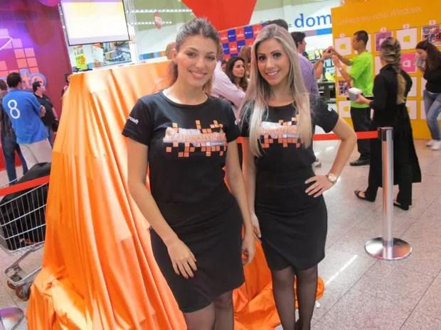 Modelos recebem os compradores do Windows 8 em supermercado de São Paulo (Foto: Gustavo Petró/G1)