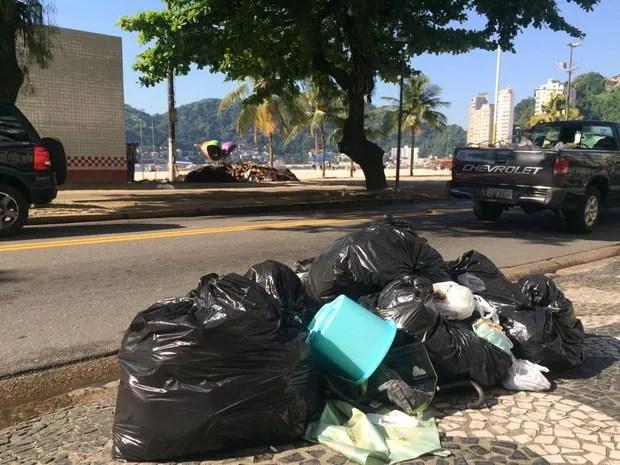 Lixo também se acumulou pelas ruas de São Vicente (Foto: Solange Freitas/G1)