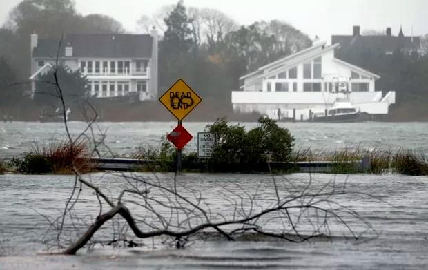Região inundada com a aproximação do furacão Sandy em Moriches Center, Nova York. (Foto: Jason DeCrow/AP)