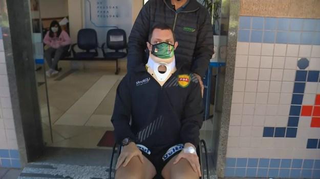 Árbitro agredido por jogador teve alta do hospital na manhã desta terça-feira (5) — Foto: Reprodução / RBS TV