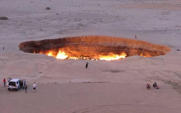 Cratera de fogo atrai turistas a deserto do Turcomenistão (Foto: Igor Sasin/AFP)