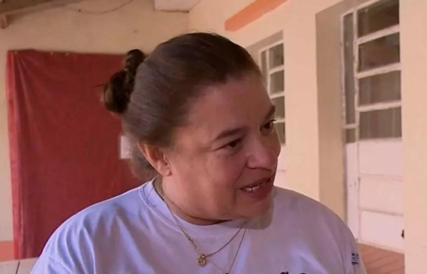 Diretora foi de casa em casa no domingo para coletar baldes de água para limpeza de escola (Foto: Reprodução/RBS TV)
