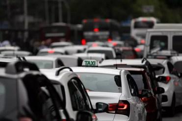 Táxi durante trânsito na Avenida Morumbi, em São Paulo (Foto: Marcelo Brandt/G1)