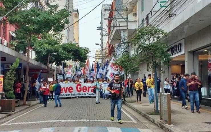 Integrantes do protesto percorrem Calçadão de Rio Preto (Foto: Graciela Andrade/TV TEM)