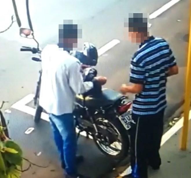 Suspeitos que assaltaram uma joalheria dentro de um shopping em Araçatuba — Foto: Reprodução/TV TEM