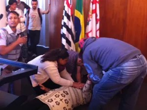 Ambulante chegou a desmaiar enquanto fazia discurso na Câmara (Foto: Roney Domingos/ G1)