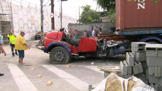 Cabine do caminhão ficou destroçada — Foto: Reprodução/TV Globo