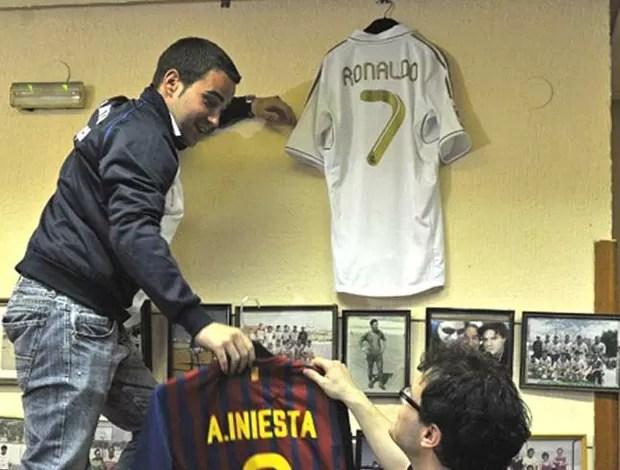 Espanhóis criam organizada que torce para Barça e Real (Foto: EFE)