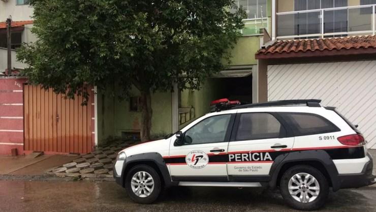 Perícia esteve na casa onde idosa teria caído de janela em Sorocaba (Foto: Carlos Dias/G1)