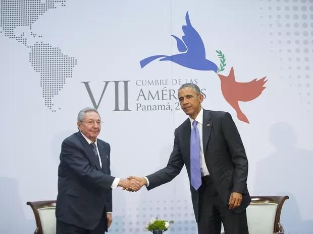 O presidente dos EUA Barack Obama cumprimenta o presidente de Cuba Raul Castro durante encontro na Cúpula das Américas na Cidade do Panamá (Foto: Pablo Martinez Monsivais/AP)