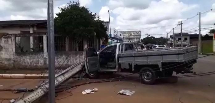 Assaltantes fazem funcionários de loja reféns e são presos ao bater carro durante fuga no AC — Foto: Wendell Land/Rede Amazônica Acre