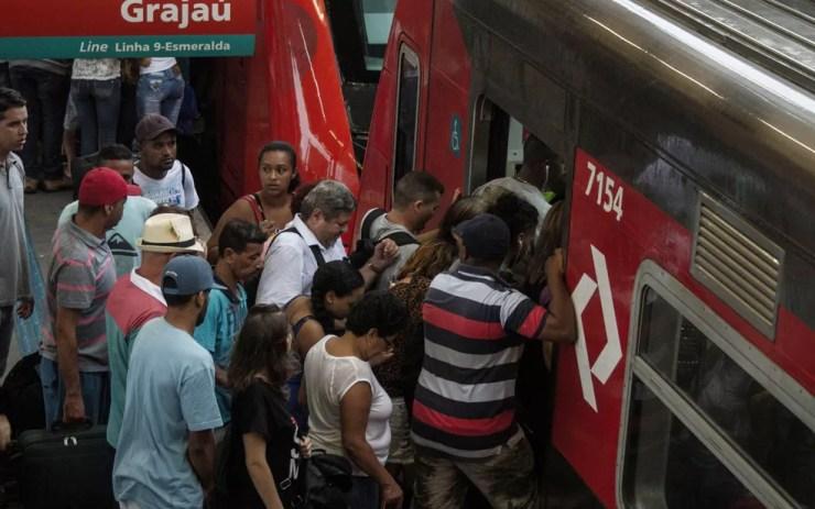 Passageiros tentam entrar em trem da CPTM na estação Pinheiros — Foto: Kevin David/Futura Press/Estadão Conteúdo