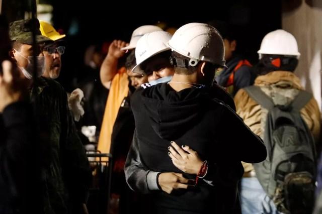 Socorristas se abraçam durante trabalho de resgate na escola Enrique Rebsamen, que desabou na Cidade do México (Foto: Edgard Garrido/Reuters)