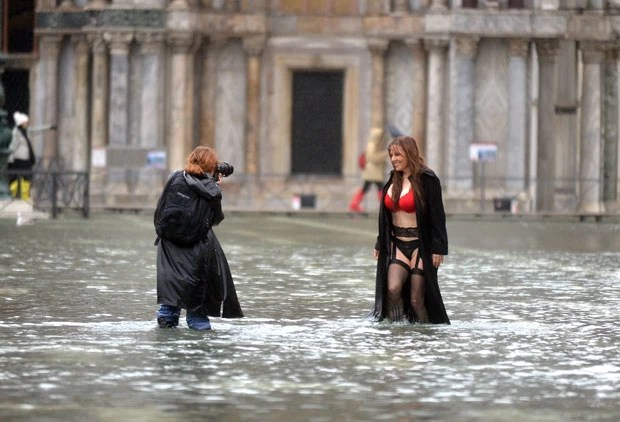 Mulher posou de lingerie Praça São Marcos, em Veneza, inundada (Foto: Andrea Pattaro/AFP)