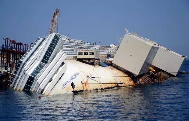 Equipes montam estrutura para retirada do Costa Concordia (Foto: Gregorio Borgia/AP)