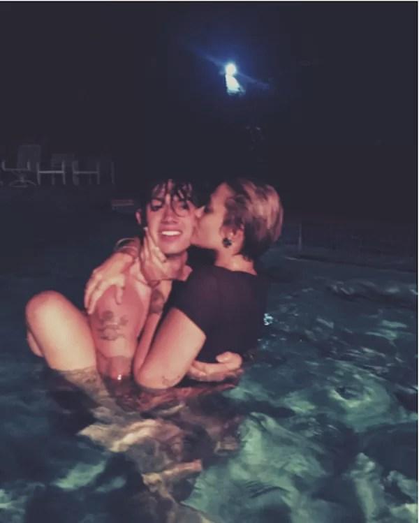 Paris Jackson na piscina com o namorado (Foto: Instagram)