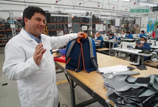Empresário colombiano mostra linha de roupas infantil blindada (Foto: AFP)