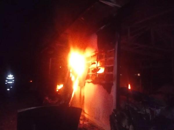 Chamas consumiram salas de aula em incêndio em Branquinha — Foto: Corpo de Bombeiros/Divulgação