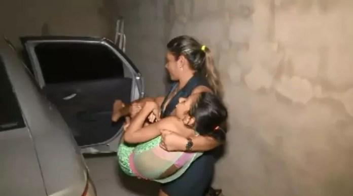 Lúcia leva a filha junto quando vai atender clientes a domicílio em Rio Branco  (Foto: Reprodução/Rede Amazônica Acre)