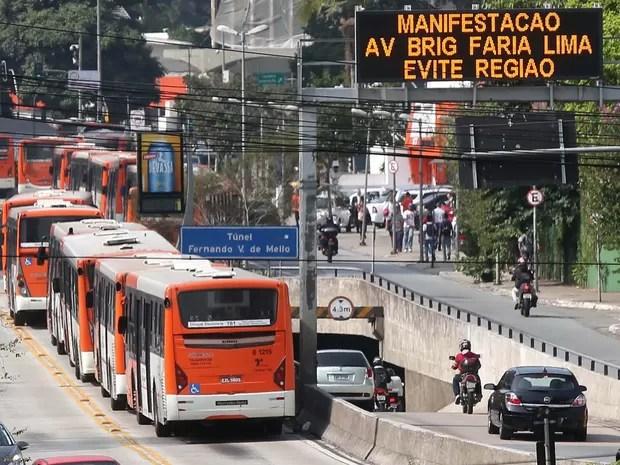 Paralisação de ônibus na Avenida Rebouças, em São Paulo, SP, nesta quarta-feira (21) (Foto: Marcos Bezerra/Futura Press/Estadão Conteúdo)