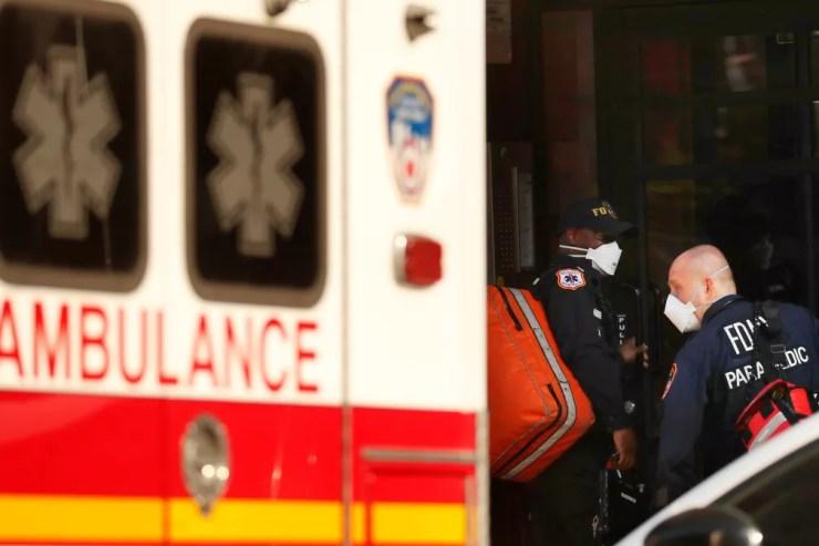 Profissionais de saúde socorrem mulher com dificuldades de respirar, um dos sintomas da Covid-19, em Nova York (EUA) nesta quarta-feira (150 — Foto: Lucas Jackson/Reuters