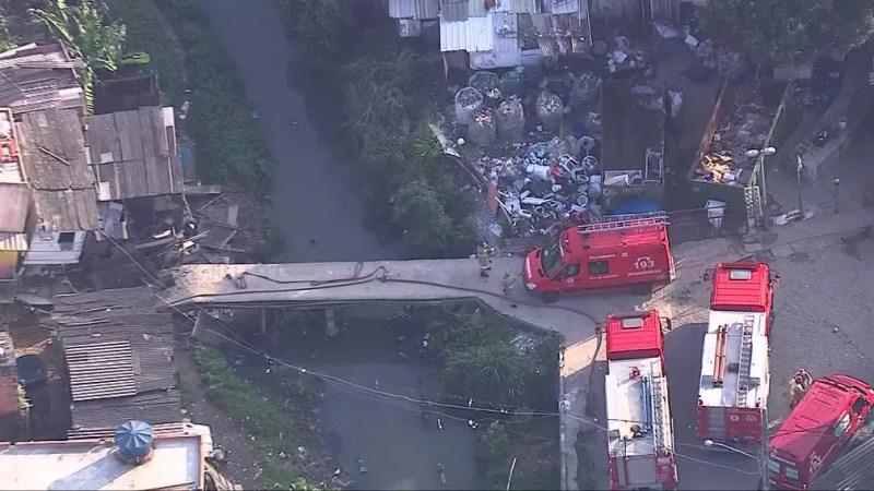 Ambulância tenta chegar ao local de desabamento em Curicica, na Zona Oeste do Rio — Foto: Reprodução/ TV Globo
