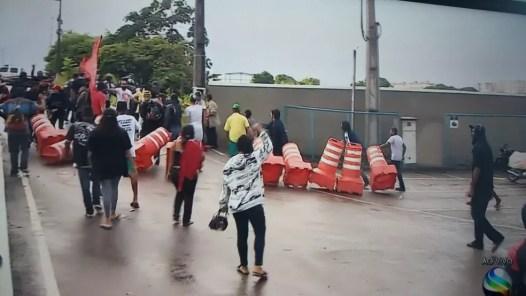 Rodovia Marechal Rondon, em São Cristóvão (SE), motociclista tentou furar o bloqueio e foi agredido. (Foto: Reprodução/TV Sergipe)
