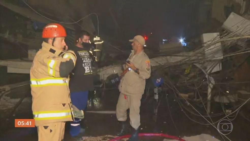 Bombeiros atuam no resgate de vítimas de prédio que desabou em Rio das Pedras nesta quinta-feira (3) — Foto: Reprodução / TV Globo