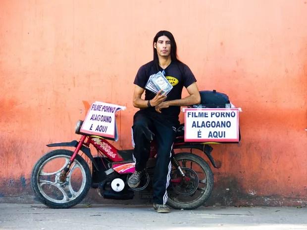 Anivaldo Silva produz e comercializa filmes éroticos. (Foto: Jonathan Lins/G1)