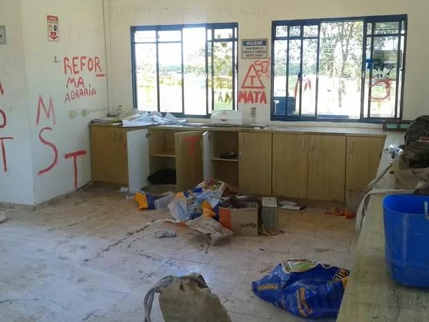 Segundo os funcionário, invasores espalharam documentos na sede da fazenda  (Foto: Carlos Torrente/ TV TEM)