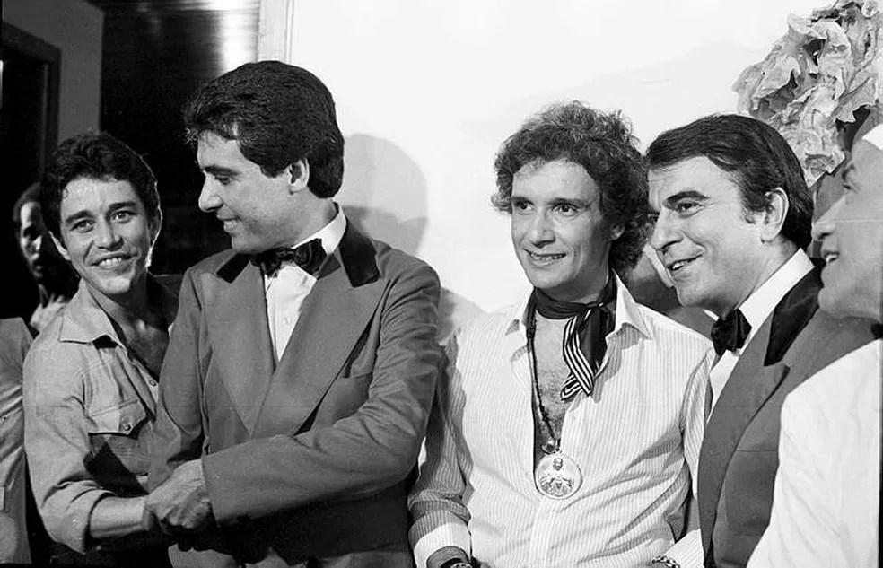 Em 1979, o ator em foto com Roberto Carlos, Paulo Figueiredo e Armando Bógus — Foto: Acervo TV Globo