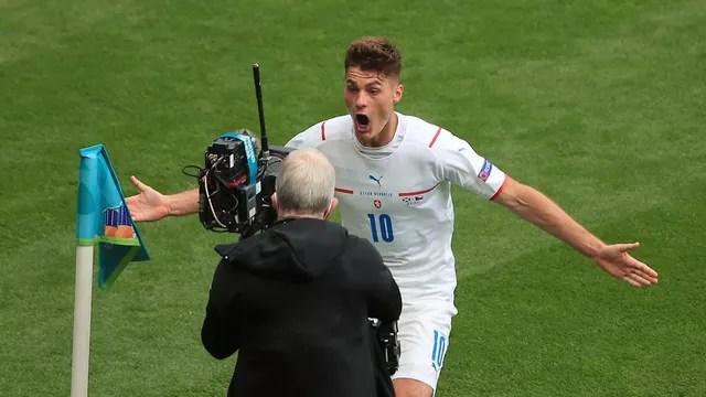 Patrick Schick comemora o segundo gol pela República Tcheca contra a Escócia