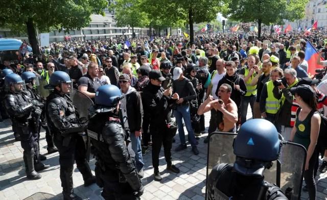 Manifestantes tentam passar por bloqueio de policiais durante protesto dos coletes amarelos em Paris neste sábado — Foto: Yves Herman/Reuters