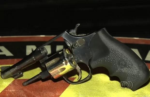 Com a dupla, polícia apreendeu uma arma e munições, em Goiânia, Goiás (Foto: Reprodução/TV Anhanguera)