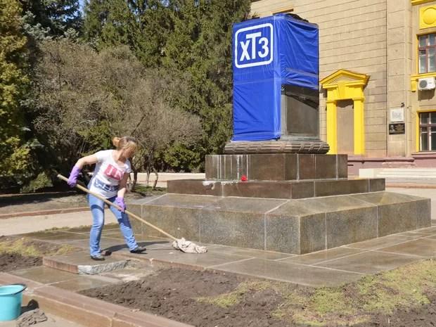 Trabalhadora limpa área onde ficava estátua em homenagem a Sergo Ordzhonikidze, um revolucionário bolchevique e político soviético (Foto: Sergei Bobok/AFP)