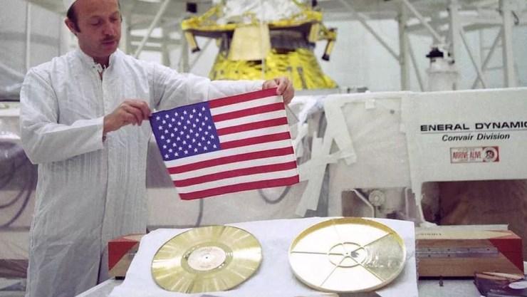 John Casini, diretor do projeto Voyager, mostra o disco 'Sons da Terra' — Foto: Nasa/BBC