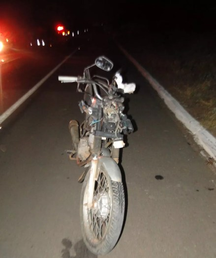 Moto ficou destruída com impacto da batida em Afrânio (Foto: Divulgação/ PRF)