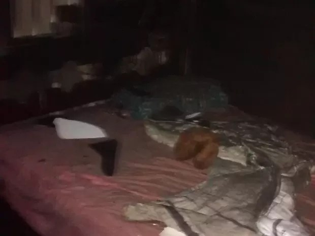 Quarto estava revirado e com partes queimadas; cama não foi atingida por incêndio (Foto: João Machado/Aquivo)