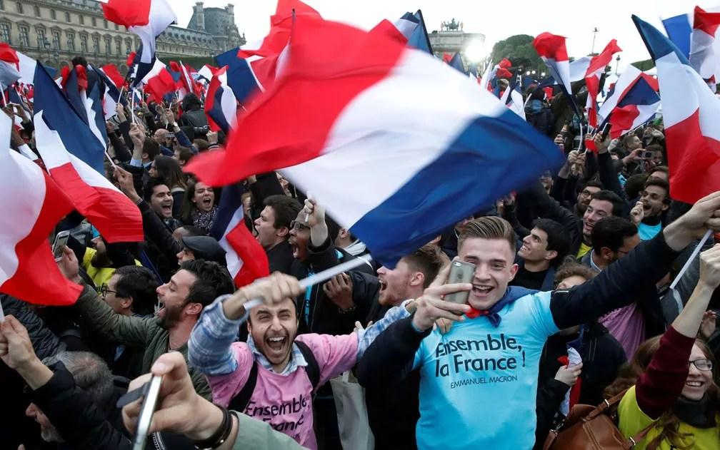 Apoiadores celebram vitória de Macron (Foto: Christian Hartmann/Reuters)