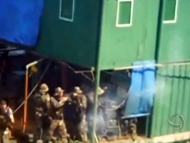 Agentes federais usaram armas convencionais e não-letais em confronto contra índios (Foto: Reprodução/TVCA)