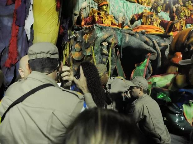 Bombeiros apagam fogo de outro carro da Unidos da Tijuca que também teve problemas (Foto: G1)