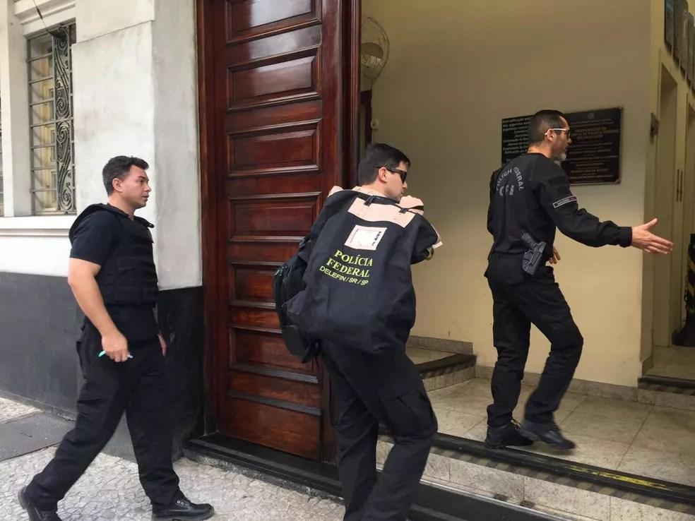 Polícia Federal leva pastas e documentos para a sede de Santos, SP — Foto: Andressa Barboza/G1