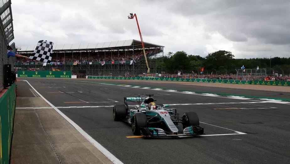 Hamilton sobra na Inglaterra, vence e reduz a um ponto a diferença para Vettel