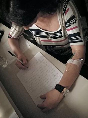 MEDIUNIDADE SOB INVESTIGAÇÃO Uma médium brasileira psicografa no laboratório do Hospital da Universidade da Pensilvânia (Foto: Denise Paraná/ÉPOCA)