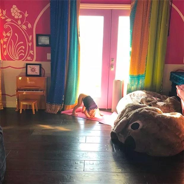 O filho de Pink, Jameson, em uma tentaiva de fazer ioga (Foto: Instagram)